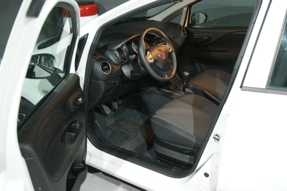 Carro_Usado_Fiat_Punto_2017_1242_Gasolina_9.jpg